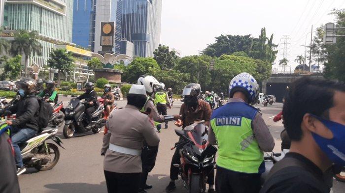 Suasana operasi zebra di Jalan DI Pandjaitan, Jatinegara, Jakarta Timur, Senin (26/10/2020).