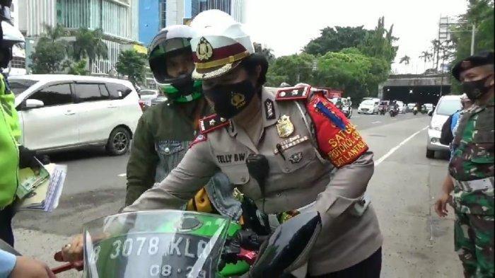 Suasana hari kedua operasi zebra di Jalan DI Pandjaitan, Jatinegara, Jakarta Timur, Selasa (27/10/2020).