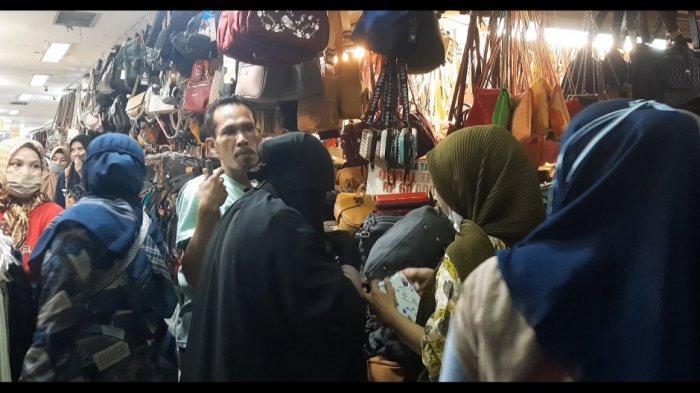 2 Minggu Jelang Idul Fitri, Warga Mulai Berburu Baju Lebaran di Pasar Anyar Bogor - suasana-pasar-anyar-bogor-3.jpg