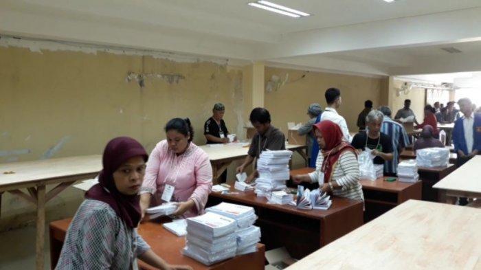 80 Orang Dikerahkan untuk Pelipatan Surat Suara Pemilu 2019 di Jakarta Utara