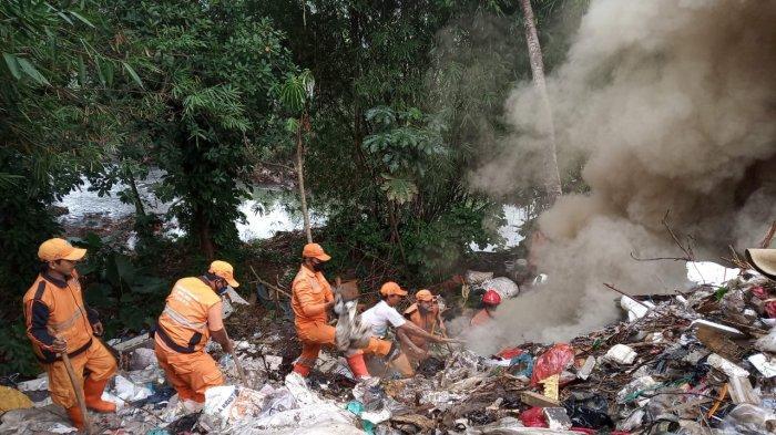 Sisa Bakaran Sampah di Cipayung Tak Kunjung Padam, 15 Personil dan 4 Mobil Damkar Dikerahkan