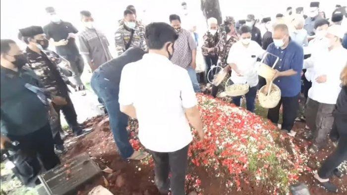 Pemakaman Adiguna Sutowo, Ratusan Pelayat Antar Mertua Dian Sastro ke Peristirahatan Terakhir