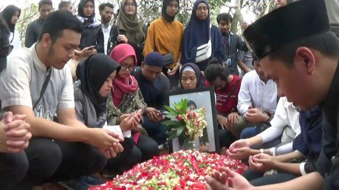 Tangis Haru Selimuti Pemakaman Korban Tsunami asal Bekasi Peserta Gatheting di Carita