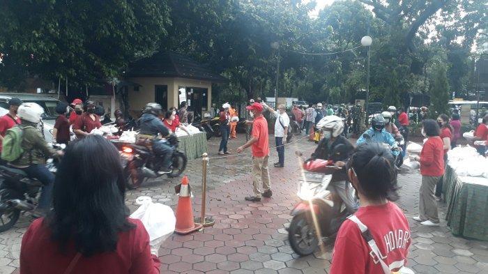 Suasana pembagian takjil dan nasi kotak di halaman GPIB Bukit Moria, Tebet, Jakarta Selatan pada Kamis (6/5/2021)