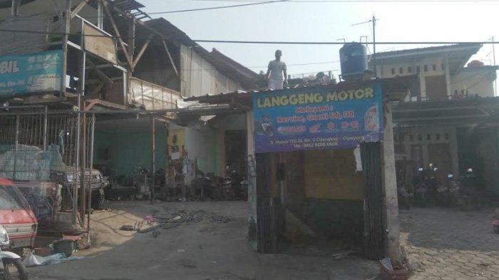 Pemilik Bangunan Liar Kooperatif saat Pembongkaran di Sepanjang Jalan Masuk Mabes TNI Cilangkap