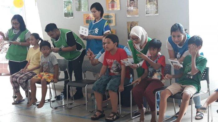 Suasana pemeriksaan mata anak-anak di RPTRA Intan, Cilandak, Jakarta Selatan, Sabtu (6/10/2018).