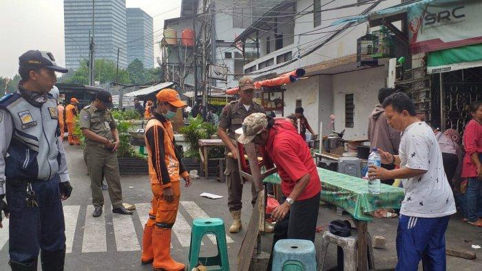 Hindari Parkir Sembarangan, Petugas Tertibkan PKL di Kawasan Jalan Karet Tengsin Jakarta Pusat