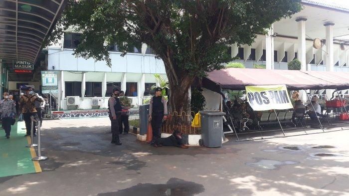 Suasana pengamanan di depan Pengadilan Negeri Jakarta Selatan jelang sidang praperadilan Rizieq Shihab pada Rabu (6/1/2021).