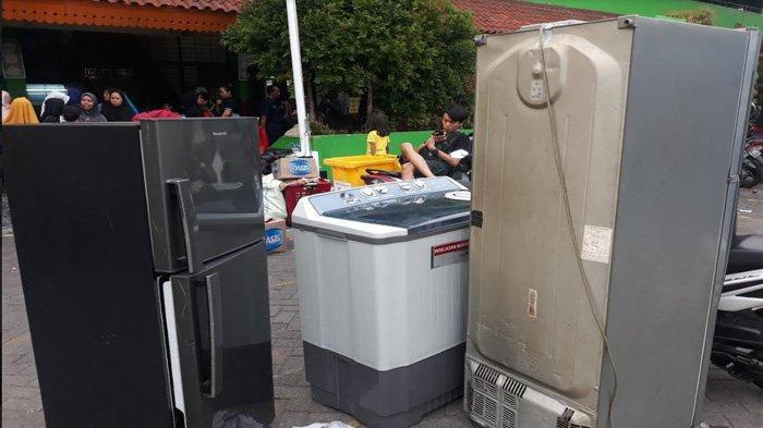 Jadi Tempat Mengungsi Pascakebakaran: Kulkas, TV hingga Kasur Hiasi Halaman SDN 05 Manggarai