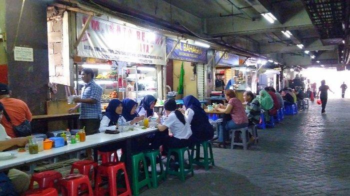 Suasana para pengunjung sedang menikmati makanan di lantai dasar Pasar Senen Blok 5, Jakarta Pusat