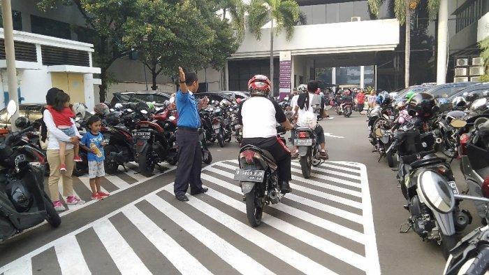 Area Monas Penuh, Pengunjung Festival Damai Parkir Kendaraan diHalaman Gedung Lemhannas