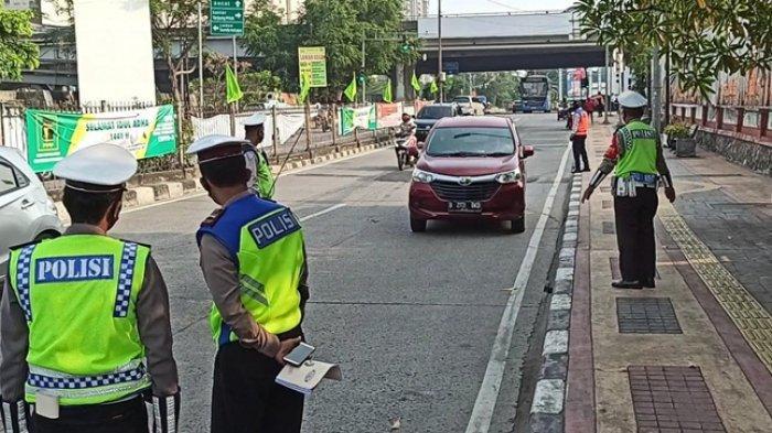 Suasana penindakan ganjil genap di Jalan Gunung Sahari Raya, Pademangan, Jakarta Utara, Senin (10/8/2020)
