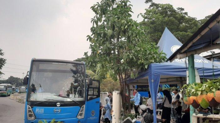 Suasana penumpang Transjakarta di shalter Terminal Kampung Rambutan, Ciracas, Jakarta Timur, Kamis (17/10/2019)