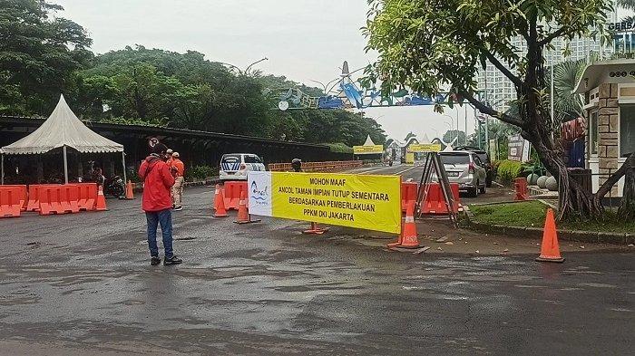 Hari Pertama Penutupan Sementara Ancol, Petugas Gabungan Berjaga di Depan Gerbang Masuk