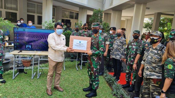 Suasana penyerahan bantuan masker dari Pangdam Jaya, Mayjen TNI Mulyo Aji kepada pihak Sekolah BM 400 di Pondok Pinang, Kebayoran Lama, Jakarta Selatan pada Rabu (4/8/2021).