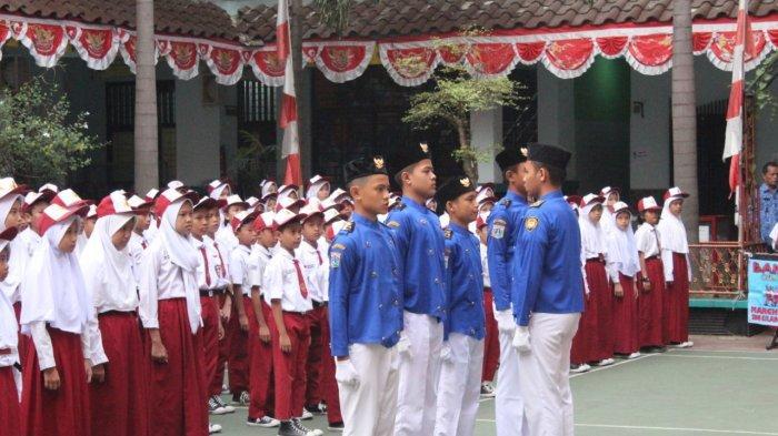 Bangunan Sekolah Masih Tahap Renovasi, Siswa SMPN 196 Upacara HUT ke-74 RI di SDN Cilangkap 01
