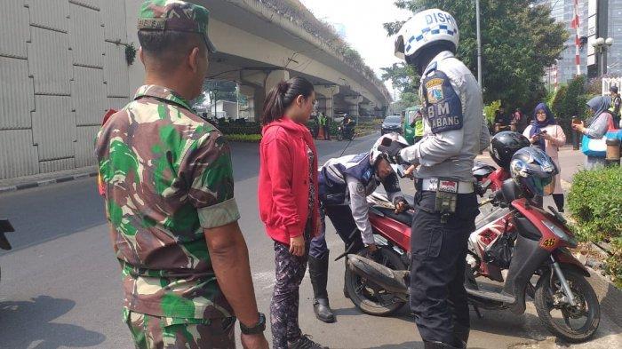 Petugas Gabungan Kelurahan Tengsin Operasi Cabut Pentil Sepeda Motor Parkir Sembarangan