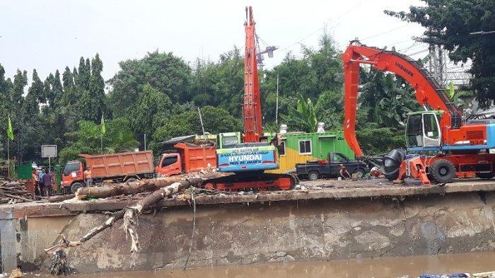 UPK Badan Air Sebut Butuh 295 Kali Pengakutan untuk Bersihkan Pintu Air Manggarai dari Sampah