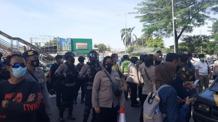 Suasana di depan PN Jakarta Timur usai aksi adu mulut dan saling dorong antar Polwan dan simpatisan Rizieq Shihab berlangsung, Selasa (23/3/2021).