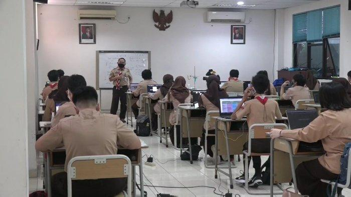 Suasana PTM di SMAN MH Thamrin, Cipayung, Jakarta Timur, Rabu (1/9/2021)