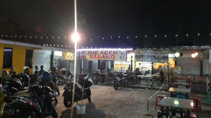 Suasana pujasera di Jalan Raya Ciledug, Petukangan Utara, Pesanggrahan, Jakarta Selatan pada Rabu (28/10/2020).