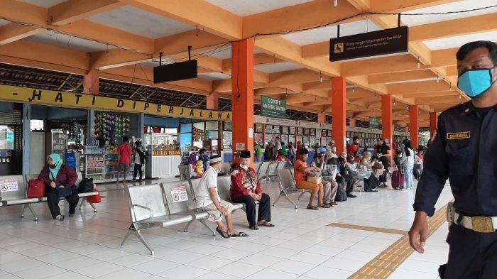 Suasana di ruang tunggu penumpang yang ada di Terminal Kampung Rambutan, Ciracas, Jakarta Timur, Rabu (28/10/2020).