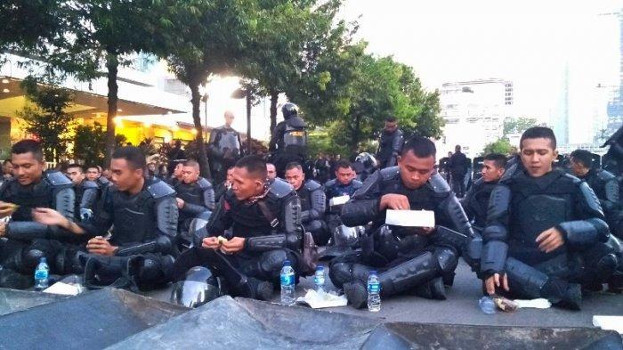 Anggota Sat Brimobda Bengkulu Buka Puasa Bersama di Tengah Jalan MH Thamrin Jakarta Pusat