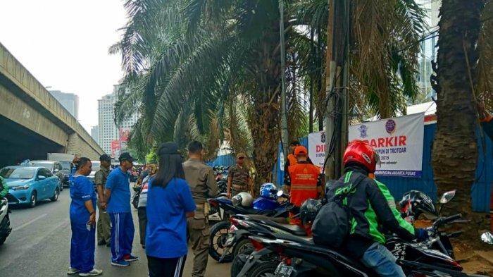 Sejumlah Motor yang Parkir di Bahu Jalan KH Mas Mansyur Kena Sanksi Cabut Pentil
