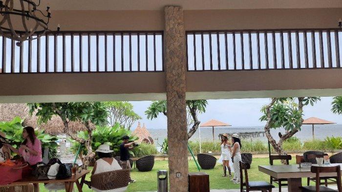 View favorit yang ada di Putri Duyung Resort. Pengunjung bisa menikmati suasana pinggir pantai seperti di Bali.