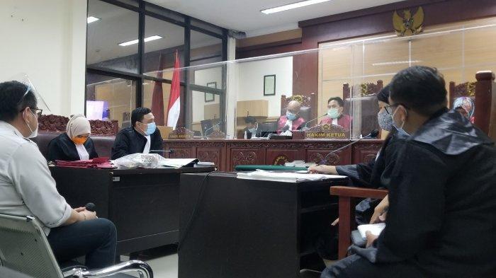 Suasana sidang lanjutan anak dari Wakil Wali Kota Tangerang, Sachrudin dilanjutkan di ruang 1 Pengadilan Negeri Tangerang hingga larut malam pada Senin (23/11/2020).