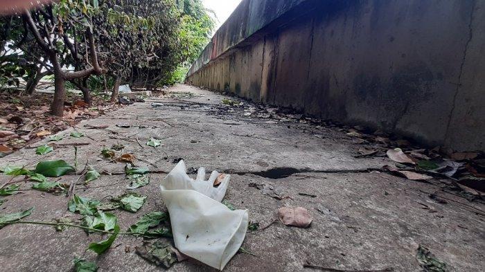 Suasana sisa manusia yang membakar dirinya, di dekat Kali Ciliwung, Jalan Gunung Sahari Raya, Kelurahan Gunung Sahari Raya, Kecamatan Sawah besar, Jakarta Pusat, Senin (26/10/2020) siang.