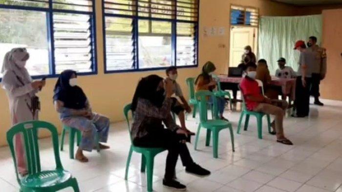 Suasana swab test antigen gratis di wilayah hukum Polsek Cakung. Sebanyak 2 pemudik reaktif Covid-19, Senin (17/5/2021)