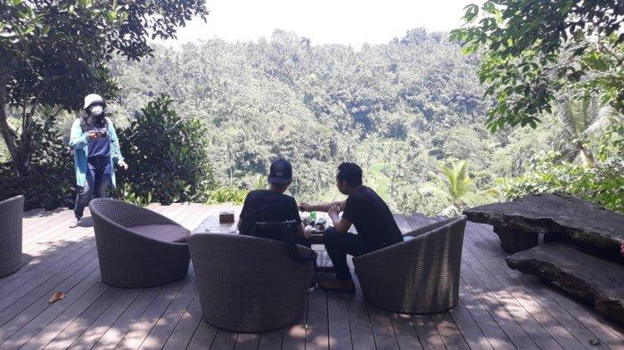 Suasana tempat kopi Kumulilir yang bernuansa alam terbuka di di Jalan Raya Pujung Kala, Sebatu Tegallalan, Kabupaten Gianyar, Bali.