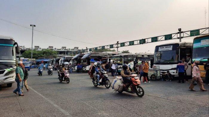 Puncak Arus Balik Libur Iduladha Hari ini, Sejumlah Penumpang Bus Tiba di Terminal Induk Bekasi
