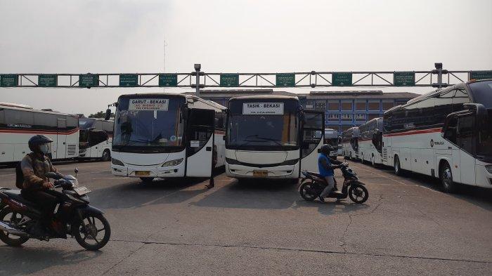 Suasana Terminal Induk Bekasi, Jawa Barat, belum mengalami lonjakan penumpang pada Kamis (22/4/2021).