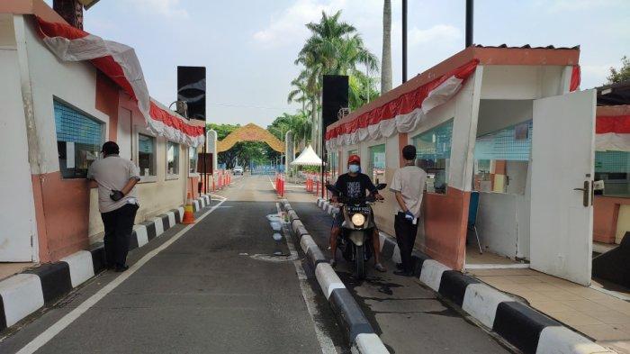 Suasana di TMII, Jakarta Timur yang telah dibuka kembali dengan sejumlah persyaratan seperti menunjukkan bukti vaksin dan khusus kegiatan outdoor, Jumat (20/8/2021)