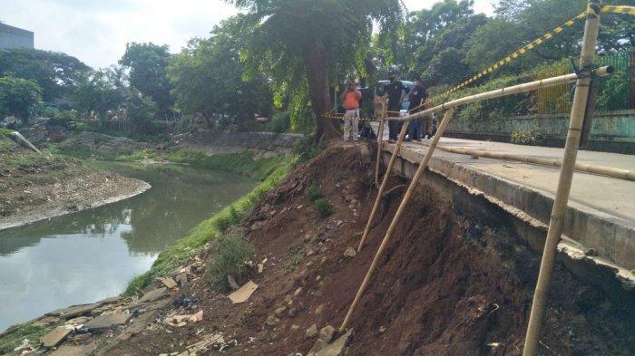 Suasana turap Kali Jati, Pulogadung, Jakarta Timur alami longsor sedalam 5 meter, Selasa (20/10/2020).