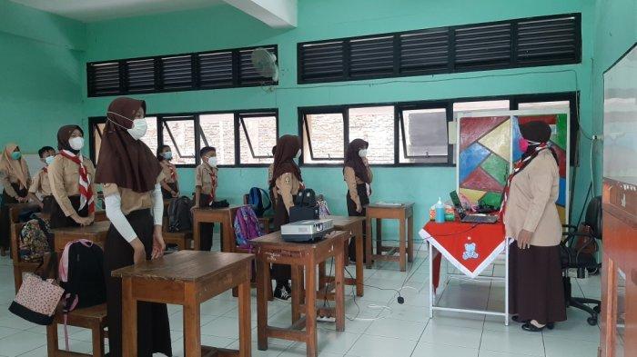 Suasana uji coba belajar tatap muka hari pertama di SDN Pondok Kelapa 05, Duren Sawit, Jakarta Timur, Rabu (7/4/2021)