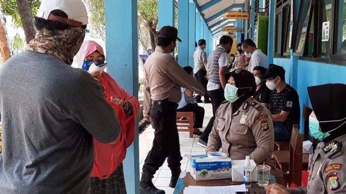 Suasana vaksinasi Covid-19 di SMPN 281, Kramat Jati, Jakarta Timur, Sabtu (10/4/2021).