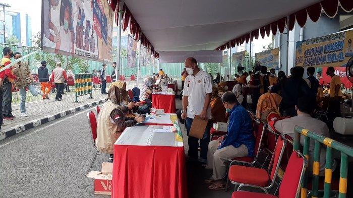 Suasana vaksinasi massal di Stadion Patriot Candrabhaga Kota Bekasi, Rabu (23/6/2021).