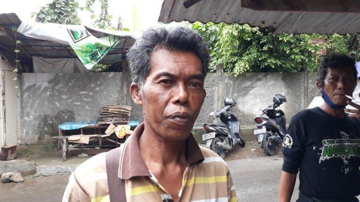 Subagio, satu warga RW 03 Kelurahan Cipinang Melayu korban banjir luapan PHB Sulaiman saat memberi keterangan, Makasar, Jakarta Timur, Selasa (16/2/2021). (TRIBUNJAKARTA.COM/BIMA PUTRA)
