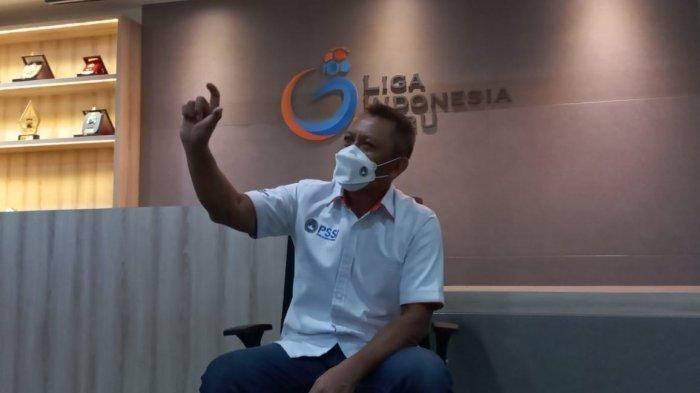 Direktur Operasional PT LIB, Sudjarno saat menjelaskan persiapan Liga 1 dan Liga 2 di Kantor PT LIB, Menara Mandiri, Sudirman, Jakarta, Kamis (17/6/2021).