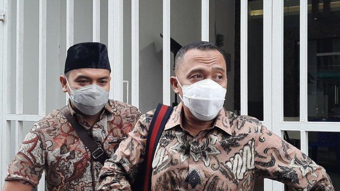 Kuasa Hukum Rizieq Shihab, Sugito Atmo (kanan) dan Aziz Yanuar, mendatangi Markas Front Pembela Islam (FPI), pada Rabu (30/12/2020) sore.