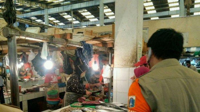 Suku Dinas Perindustrian, Perdagangan, Koperasi, Usaha Kecil, dan Menengah (PPKUKM) Jakarta Utara melakukan monitoring Pembatasan Sosial Berskala Besar (PSBB) transisi tahap kedua di Pasar Koja Baru, Jakarta Utara, Selasa (14/7/2020).