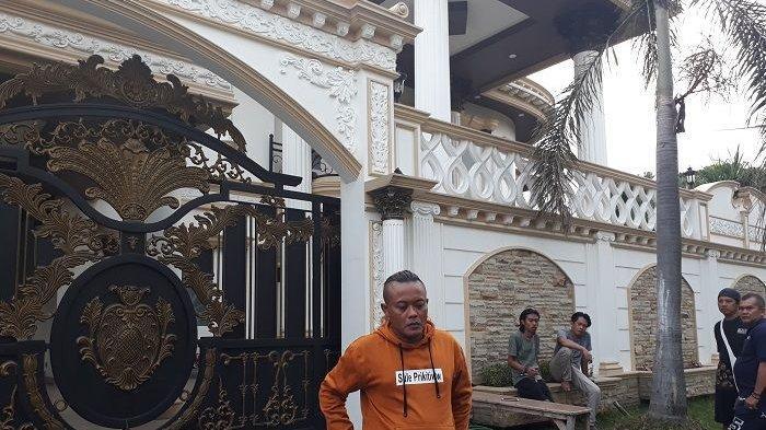 Sule berada di depan pintu gerbang rumah bak istana di perumahan Grand Wisata, Bekasi.