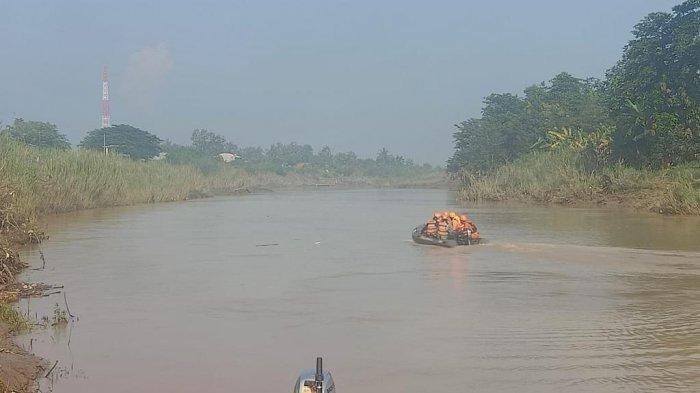 Personel SAR Gabungan melakukan pencarian korban tenggelam di Sungai Citarum, Cabangbungin, Kabupaten Bekasi, Kamis (18/3/2021).