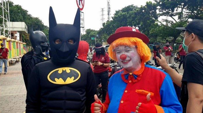 Lama Menganggur, Batman dan Spiderman Ikut Beri Bantuan ke PKL di Pasar Senen