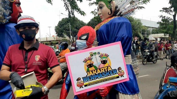 Superhero seperti di film-film aksi Batman dan Spiderman menemui pedagang kaki lima (PKL), di Pasar Senen, Jakarta Pusat, Kamis (4/2/2021) sore.