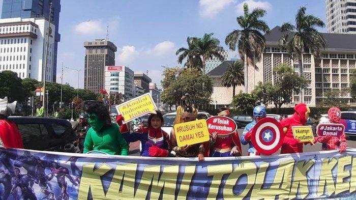 Bawa Spanduk Kami Tolak Kerusuhan 'Avengers' Amankan Sidang Sengketa Pemilu di Gedung MK