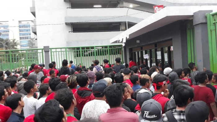 Timnas Indonesia U-23 Berlaga, Suporter Tanpa Tiket Jebol Pintu Utara Stadion Candrabhaga
